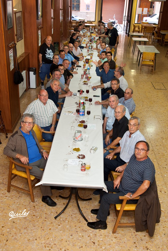 Panoràmica de la taula, abans de començar l'esmorzar. A l'esquerra de blau José Marí Asins el músic actualment de major edad.
