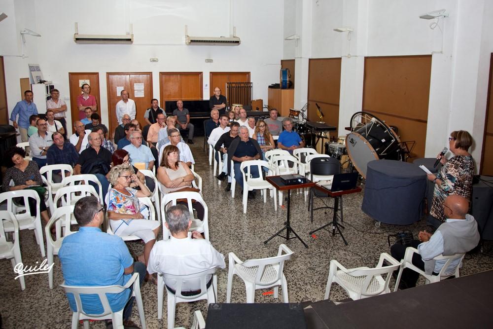 Al salo d'assajos de la banda, l'alcaldessa Soledad Ramón informant dels actes de l'homentge als musics de la banda El Empastre. Darrere  el President de l'Artesana, el cap de la comissió Juan Artola i el President del forum Vicente Diego
